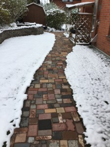 Bunte Pflasterung im Schnee