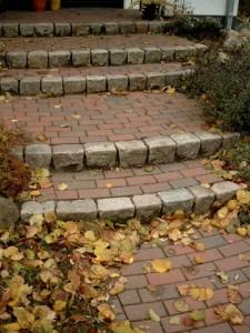 Treppenanlage aus Granit-Großpflaster und Tonklinker