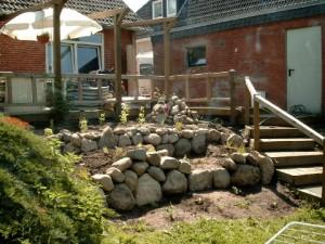 Trockenmauer terrassiert Gelände an Terrasse