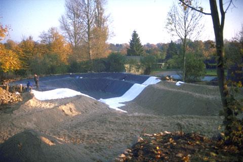 Schwimmteich mit rund 800 qm Wasserfläche in der Bauphase